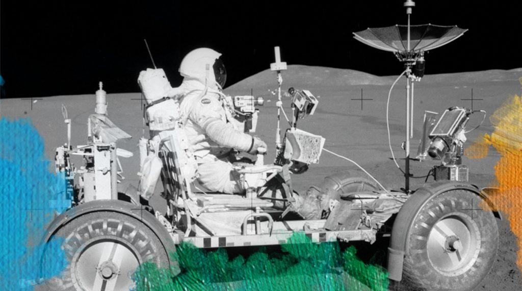Foto: Apollo 15 astronauts (1971) Apollo 15 Lunar Rover, NASA. Gedownload en bewerkt voor MijnDeugden.nl voor Enthousiast Mens verhalen op 17 september 2017. https://commons.wikimedia.org/wiki/File%3AApollo15LunarRover2.jpg