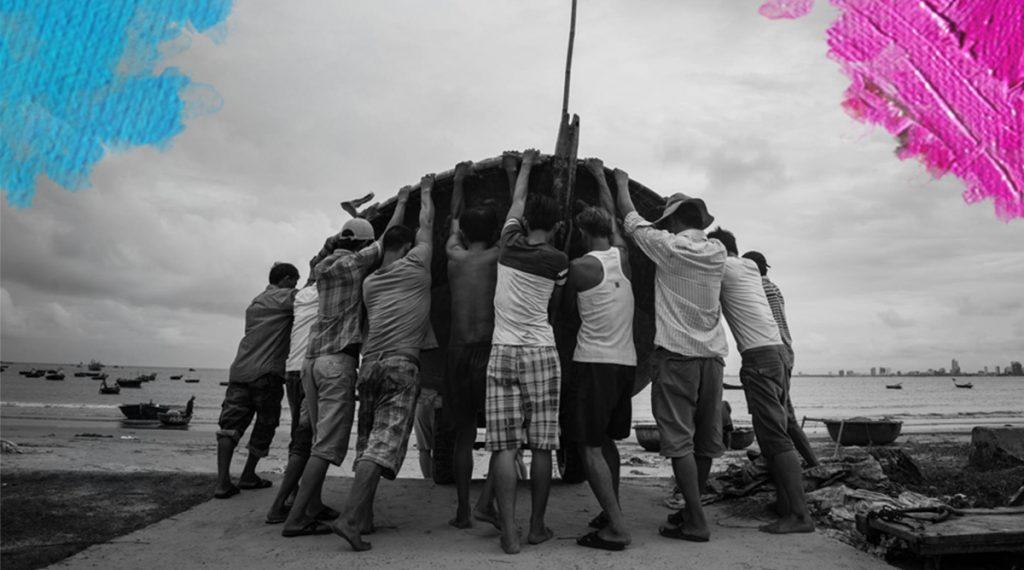 Foto: Carla Cometto (2015) Strength in unity. Fishermen in Da Nang, Vietnam. Gedownload en bewerkt door MijnDeugden.nl voor Mooi Mens Verhalen op 17-09-2017. https://www.flickr.com/photos/carla_beans/22316025451