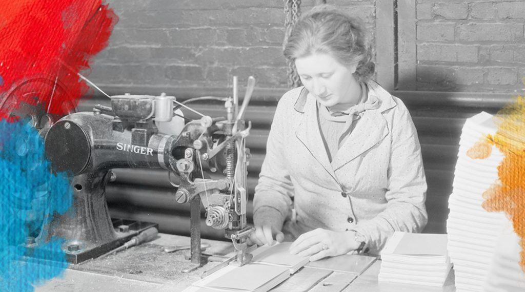 "Foto: Lewis Hine (1933)""Ida Pratt, Churchill, Tennessee. Gedownload en voorzien van vlekken van MijnDeugden.nl voor Zorgvuldig Mens Verhalen op 17-09-2017 https://commons.wikimedia.org/wiki/File%3A%22Ida_Pratt%2C_Churchill%2C_Tennessee._General_ability_and_skill_are_required_for_the_operation_of_side_stitching._This..._-_NARA_-_532752.jpg"