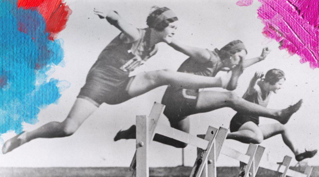 Foto: National Library of Australia (1931) Women's hurdles race taking place at Sydney Sports Ground. Bewerkt door MooieMensapp 07-07-2017.