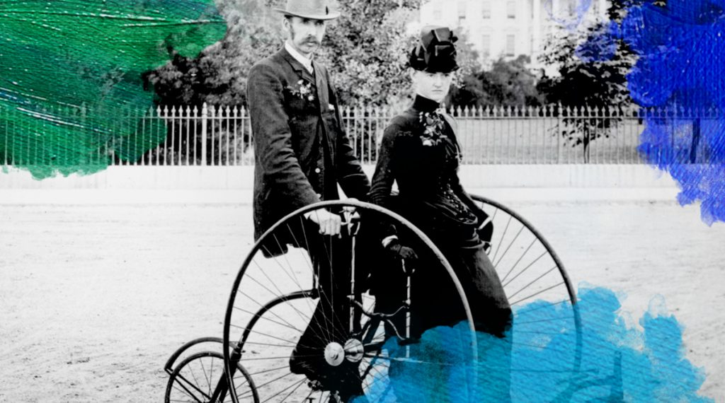 Foto: fotograaf onbekend (1886) Smartly dressed couple seated on an 1886-model quadracycle for two. The South Portico of the White House, Washington, D.C., in the background. Bewerkt door MooierMens.app, 18-10-2017. https://commons.wikimedia.org/wiki/File:Bicycle_two_1886.jpg