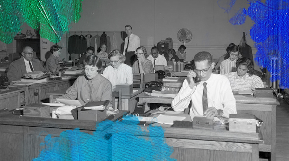 Foto: Adolph B. Rice Studio (1955) City, crowded office space. Bewerkt door MooierMens.app, 06-11-2017. https://www.flickr.com/photos/library_of_virginia/2899334278