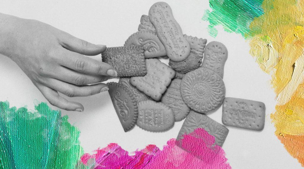 Foto: Willem van de Poll (1932) Een hand pakt een biscuitje van Verkade. Bewerkt door MooierMens.app, 28-01-2019. https://commons.wikimedia.org/wiki/File:Een_hand_pakt_een_biscuitje_van_Verkade,_Bestanddeelnr_252-0481.jpg