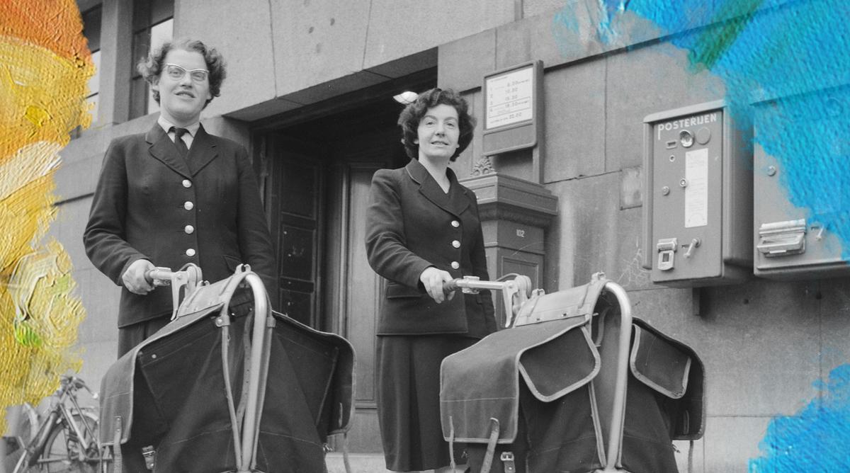 Foto: Jack de Nijs (1961) 4 wielige karretjes voor vrouwelijke postbode te Amsterdam. Bewerkt door MooierMens.app 22-05-2019. https://commons.wikimedia.org/wiki/File:4_wielige_karretjes_voor_vrouwelijke_postbode_te_Amsterdam,_Bestanddeelnr_912-1654.jpg