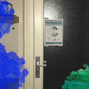 MooierMens.app (2020) Deur met deurposter 'Eerst denken dan doen!' in Corona-tijd