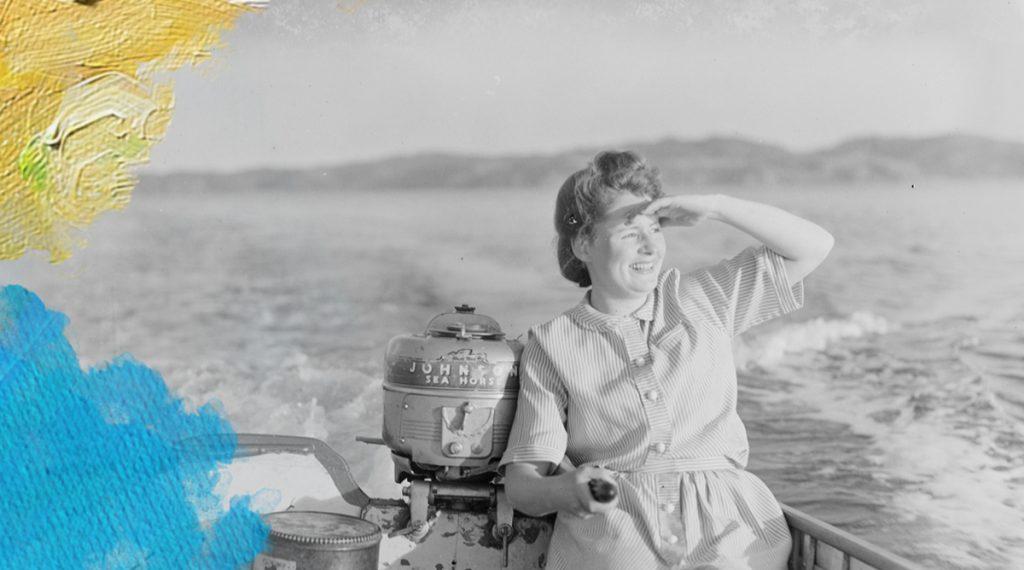 Foto: T.W. Collins (1898-1970) Woman steering a small boat. Bewerkt door MooierMens.app, 05-08-2020. https://commons.wikimedia.org/wiki/File:Woman_steering_a_small_boat_(AM_86311-1).jpg